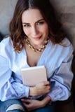 Belle jeune femme avec le carnet de programme de téléphone portable dans l'intérieur à la maison élégant Indépendant dans son lie Images libres de droits