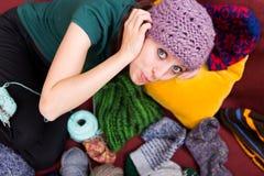 Belle jeune femme avec le chapeau de laine Photographie stock