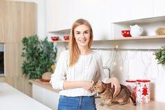 Belle jeune femme avec le chat mignon Photographie stock