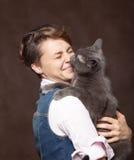 Belle jeune femme avec le chat russe bleu Amour pour l'animal familier Studi Photo stock
