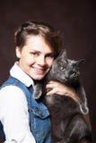 Belle jeune femme avec le chat russe bleu Amour pour l'animal familier Studi Photographie stock