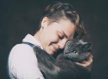 Belle jeune femme avec le chat russe bleu Amour pour l'animal familier Studi Photo libre de droits