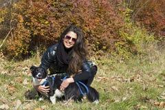 Belle jeune femme avec le chien de border collie Images stock