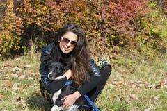 Belle jeune femme avec le chien de border collie Photographie stock libre de droits