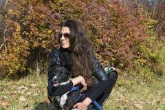 Belle jeune femme avec le chien de border collie Photos libres de droits