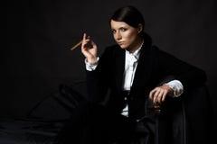Belle jeune femme avec le cigare Photographie stock libre de droits
