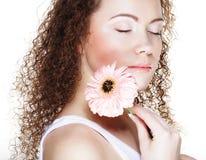 Belle jeune femme avec le grand gerber rose images stock