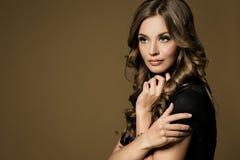 Belle jeune femme avec le long cheveu brun Photographie stock