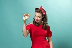 Belle jeune femme avec le maquillage de pin-up et la coiffure Studio tiré sur le fond blanc image libre de droits