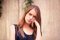 Belle jeune femme avec le visage malheureux Images stock