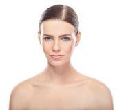 Belle jeune femme avec le visage sain et la peau propre Image stock
