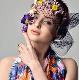 Belle jeune femme avec les fleurs sensibles dans leurs cheveux Image stock