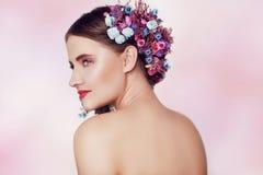 Belle jeune femme avec les fleurs sensibles dans leurs cheveux Fille de beauté avec la coiffure de fleurs Portrait modèle avec l' photo stock