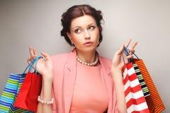 Belle jeune femme avec les paniers colorés Image libre de droits