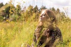 Belle jeune femme avec les yeux fermés et les longs cheveux bruns bouclés images libres de droits