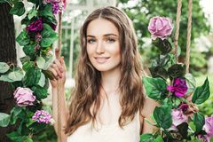 Belle jeune femme avec Rose Flowers Outdoors Photo stock
