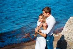 Belle jeune femme avec son ami sur la plage Photographie stock libre de droits