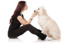 Belle jeune femme avec un chien Image libre de droits