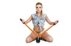 Belle jeune femme avec un coupeur de boulon Photo stock