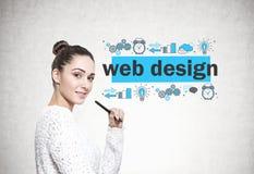 Belle jeune femme avec un marqueur, web design photographie stock