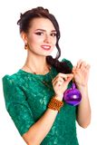 Belle jeune femme avec une babiole pourpre de Noël Photos stock