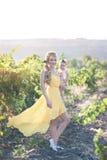 Belle jeune femme avec une fille d'enfant dans le domaine des raisins Images stock