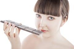 Belle jeune femme avec une grande barre de chocolat - (séries) Photographie stock libre de droits