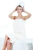 Belle jeune femme ayant un massage dans une station thermale Images stock