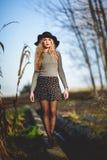 Belle jeune femme blonde à l'arrière-plan rural Image libre de droits
