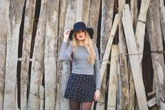 Belle jeune femme blonde à l'arrière-plan rural Image stock