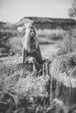 Belle jeune femme blonde à l'arrière-plan rural Images stock