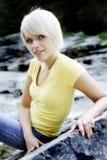 Belle jeune femme blonde à la mode images stock