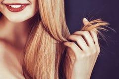Belle jeune femme blonde avec de longs cheveux droits Photo libre de droits
