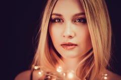 Belle jeune femme blonde avec de longs cheveux droits Photographie stock libre de droits
