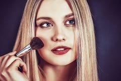 Belle jeune femme blonde avec de longs cheveux droits Images stock