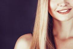 Belle jeune femme blonde avec de longs cheveux droits Image libre de droits