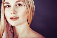 Belle jeune femme blonde avec de longs cheveux droits Photographie stock