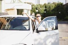 Belle jeune femme blonde avec la clé de voiture image libre de droits