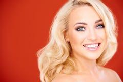 Belle jeune femme blonde avec un sourire de lancement photo stock