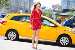 Belle jeune femme blonde dans la robe rouge photo libre de droits
