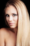 Belle jeune femme blonde de yeux verts avec la longue santé de straith Photo stock