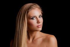 Belle jeune femme blonde de yeux verts avec la longue santé de straith Photographie stock