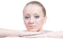 Belle jeune femme blonde légèrement triste d'isolement photographie stock