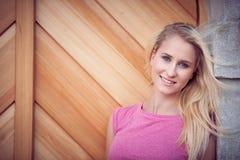 Belle jeune femme blonde sur un arownd de promenade la ville près au château dans le jour ensoleillé d'été Photo stock