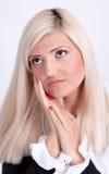 Belle jeune femme cachant son visage avec des mains Image libre de droits