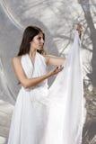 Belle jeune femme caucasienne dans la robe blanche Photos libres de droits