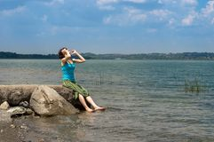 Belle jeune femme caucasienne refroidissant dans le lac un jour d'été dans Sapanca, Turquie image libre de droits