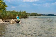 Belle jeune femme caucasienne refroidissant dans le lac un jour d'été dans Sapanca, Turquie photographie stock