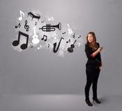 Belle jeune femme chantant et écoutant la musique avec le musica Photos stock