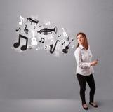 Belle jeune femme chantant et écoutant la musique avec le musica Photo libre de droits